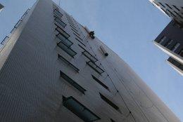 Colocação de Duto em prédio com rapel.jpg